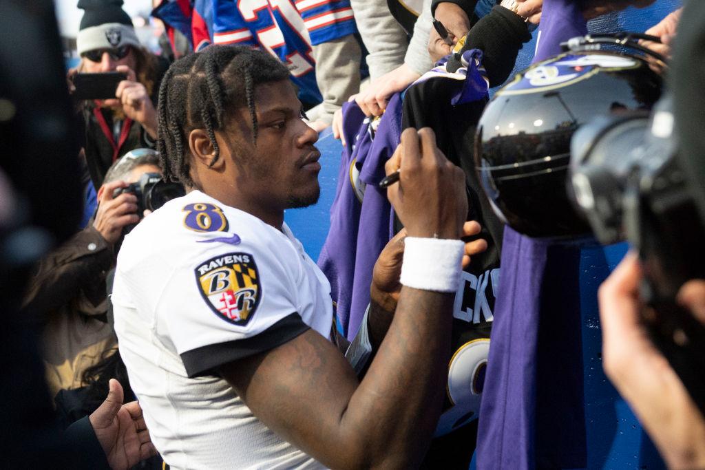 Baltimore Ravens Quarterback Lamar Jackson signs autographs