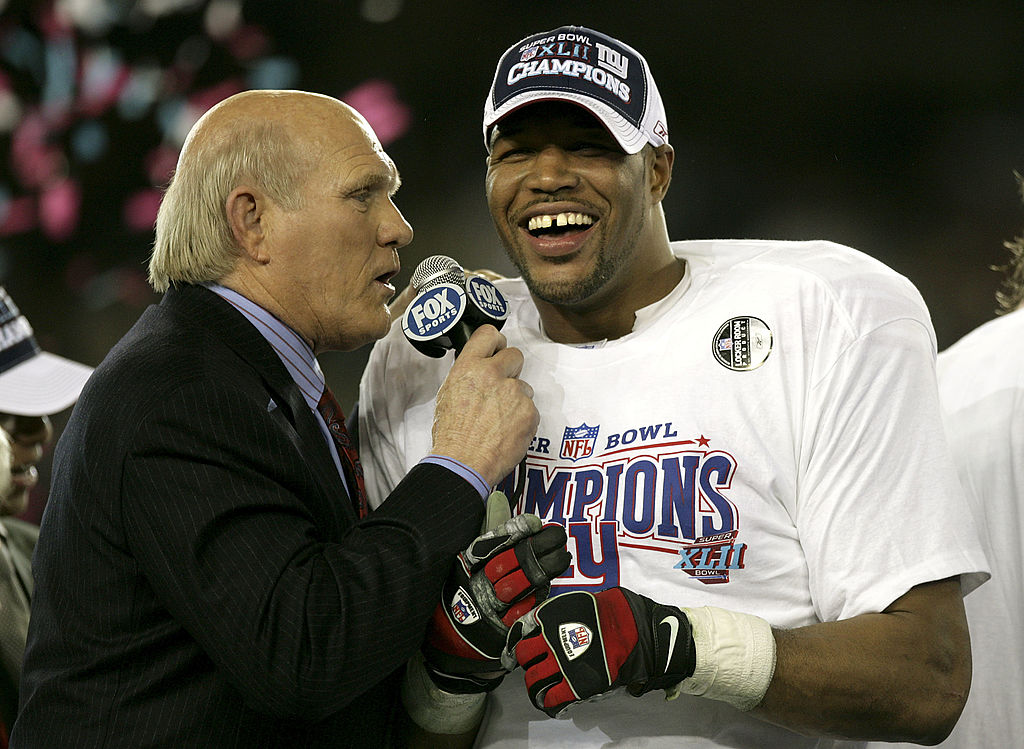 Fox sports analyst Terry Bradshaw (L) interviews defensive end Michael Strahan after the Giants defeated the New England Patriots during Super Bowl XLII