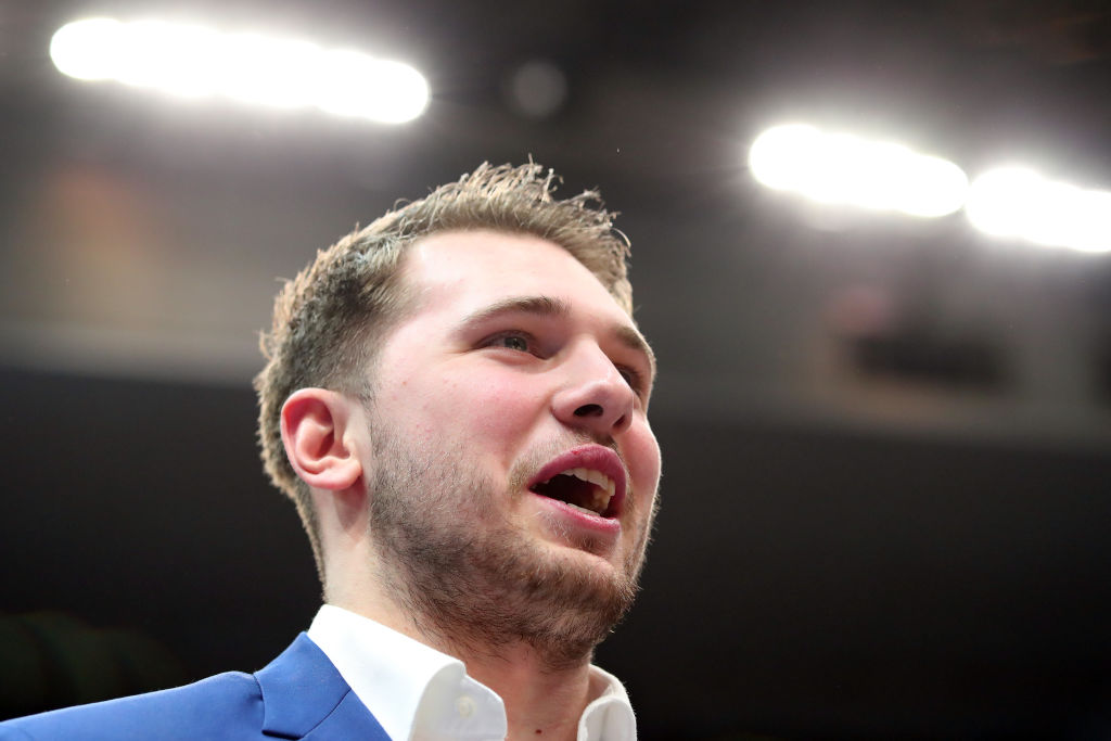 Luka Doncic of the Dallas Mavericks speaks to his teammates