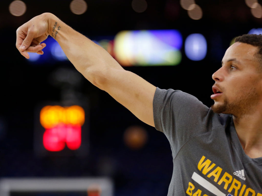 Stephen Curry warming up and showing off his tattoo