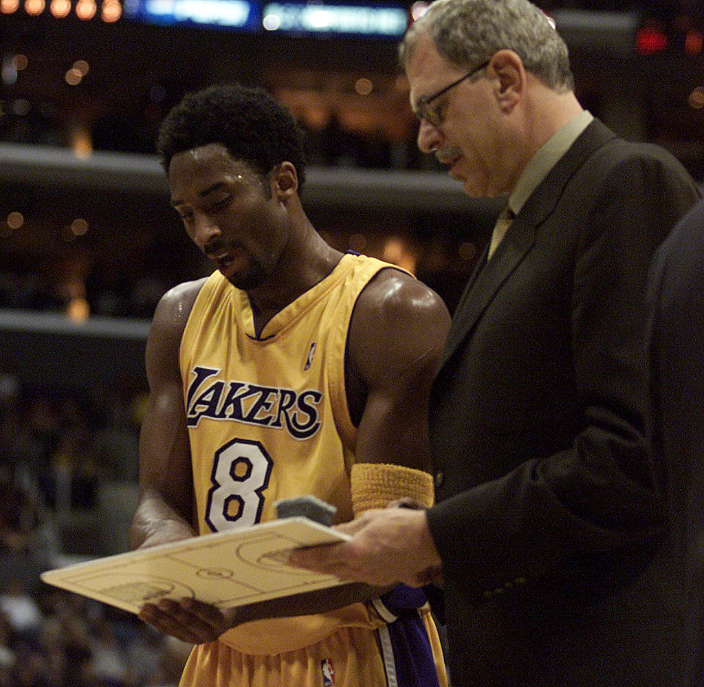 Kobe Bryant and Phil Jackson talk on the sideline