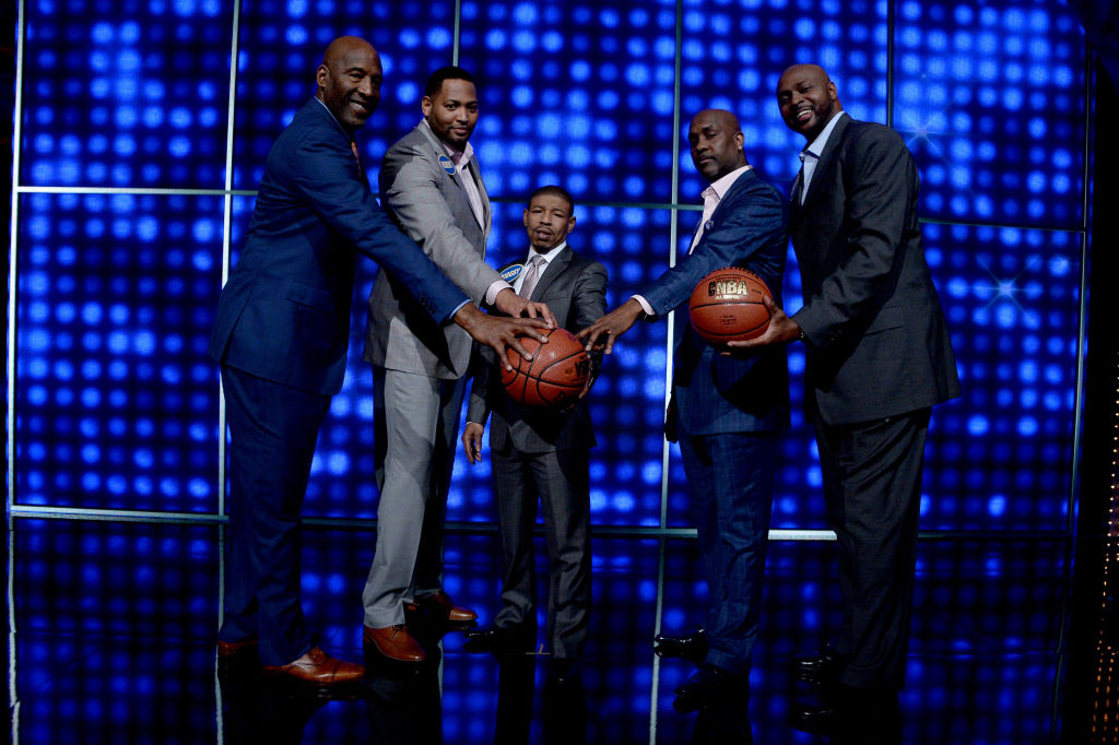 James Worthy, Robert Horry, Muggsy Bogues, Gary Payton, and Horace Grant appear on Family Feud