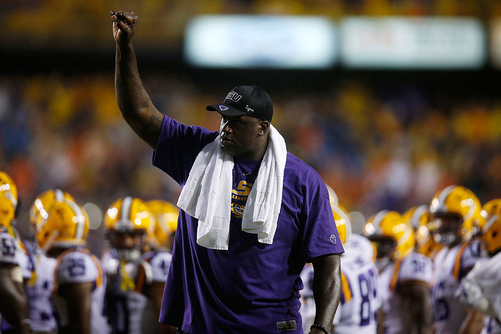 Former LSU Tiger Shaquille O'Neal waves to the crowd