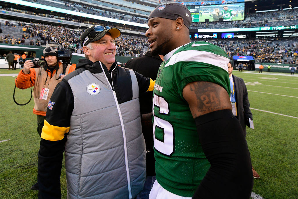 Le'Veon Bell talks a midfield with a Steelers coach