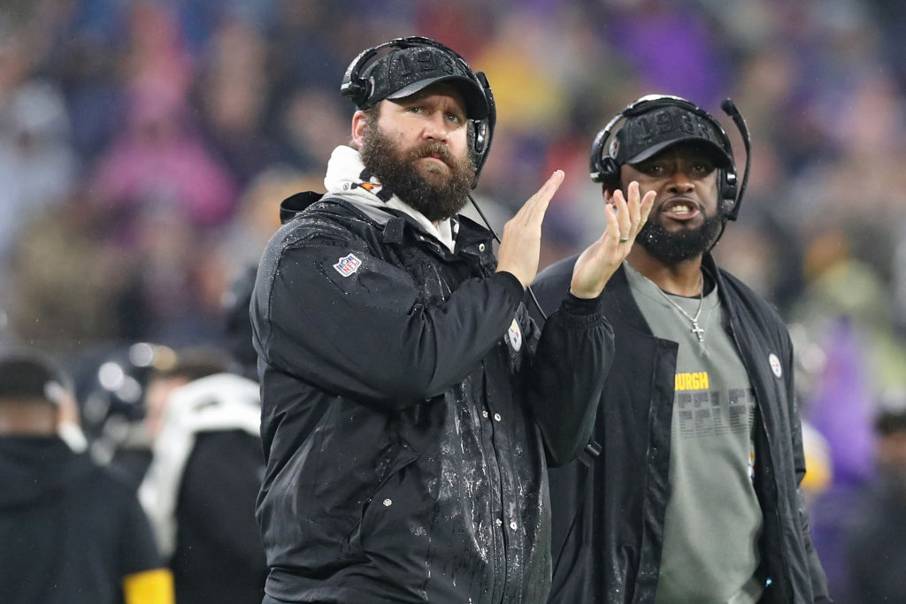 Ben Roethlisberger and coach Mike Tomlin on the sideline during a Steelers game
