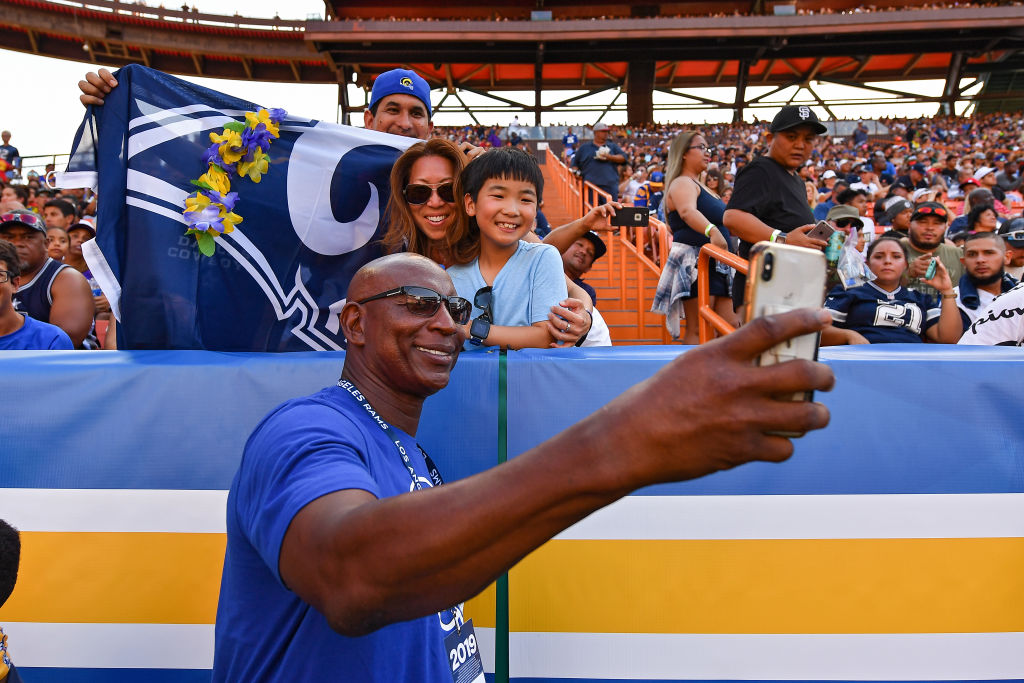 Los Angeles Rams HOF legend Eric Dickerson takes a selfie with fans