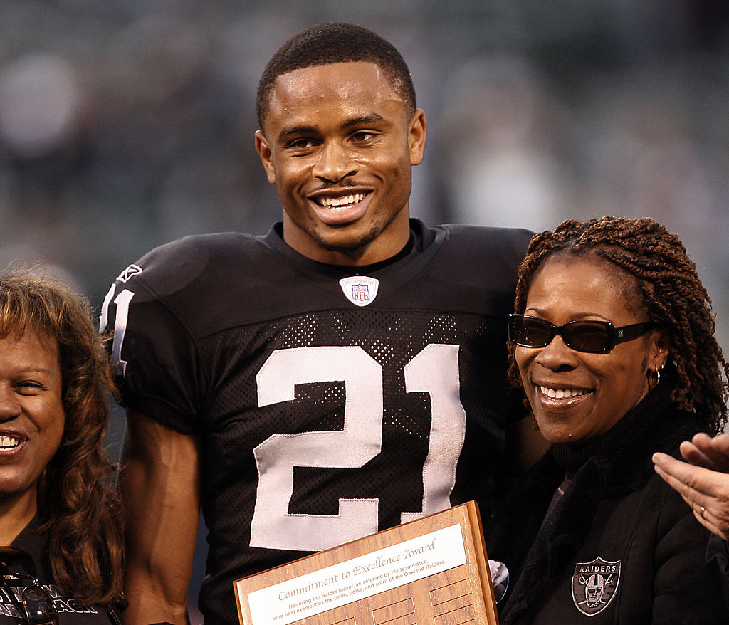 Oakland corner back Nnamdi Asomugha receives the 2006 Oakland Raiders Commitment to Excellence Award