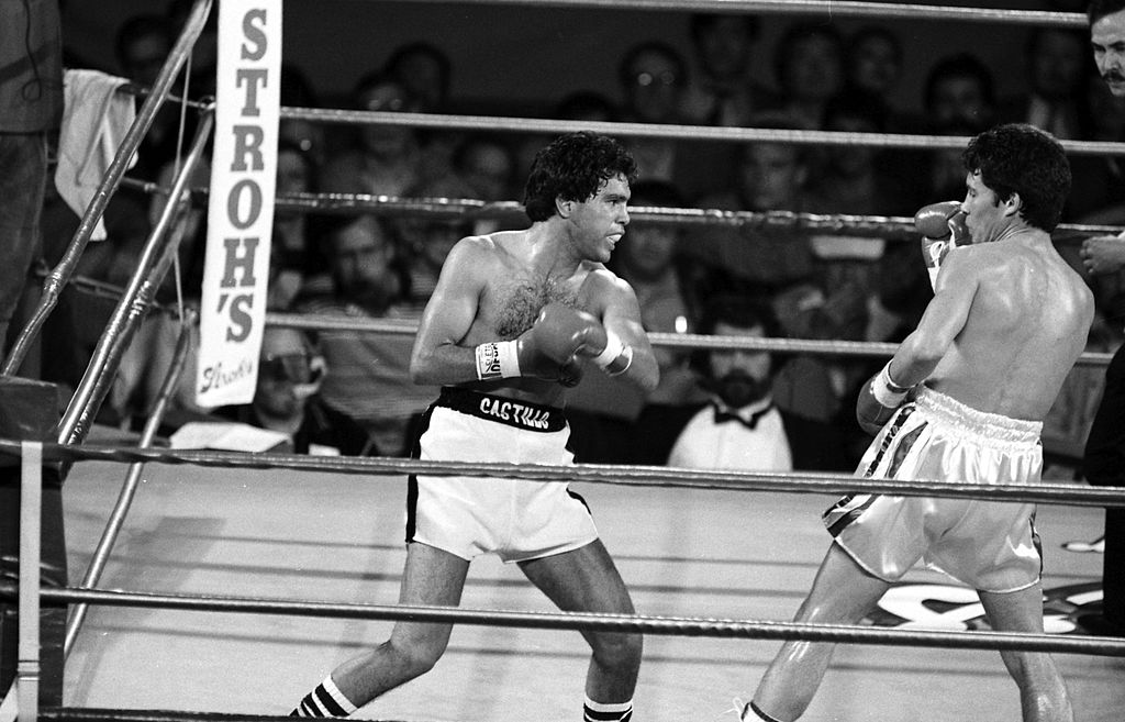 Ruben Castillo fighting against Julio Cesar Chavez in a boxing match
