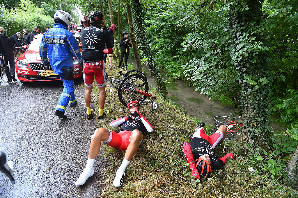 Fan holding sign causes huge crash during first stage of