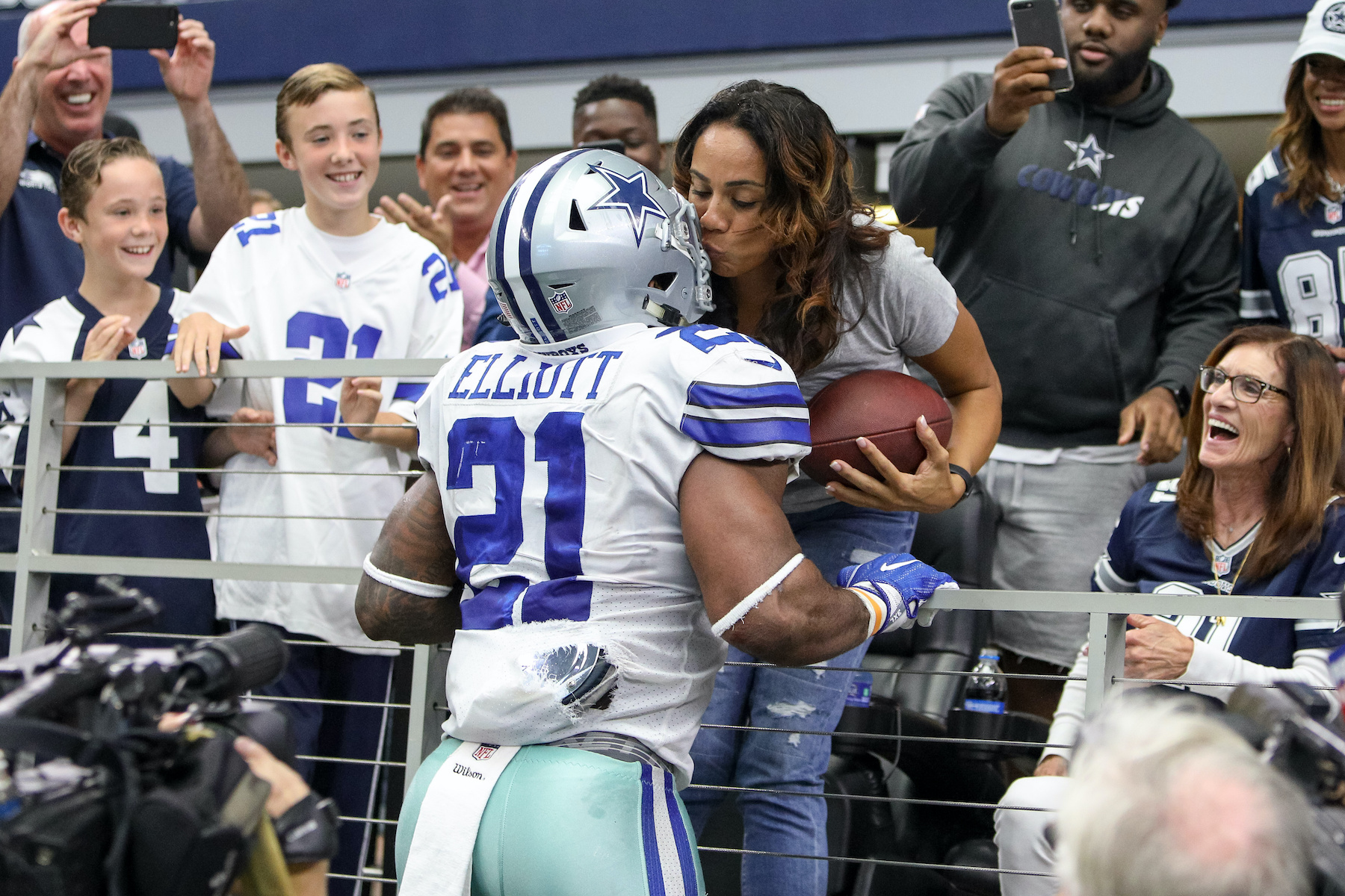 Cowboys running back Ezekiel Elliott gives the ball to his mother