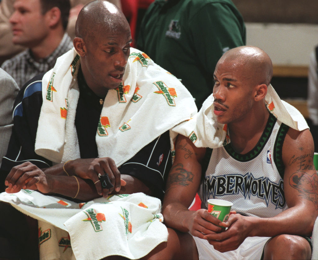 Kevin Garnett and Stephon Marbury talk on the bench