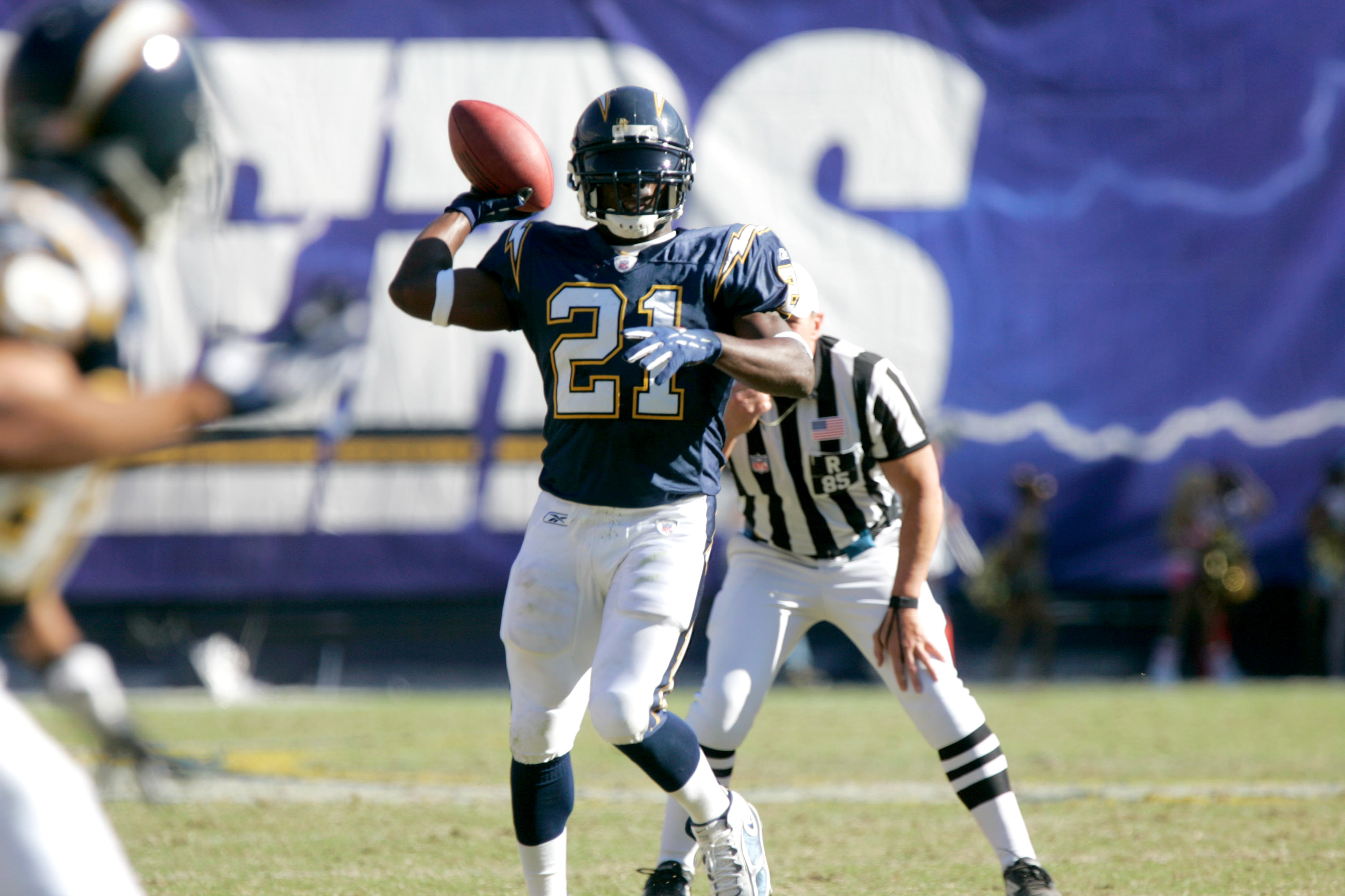 LaDainian Tomlinson throwing a pass during a Chargers game