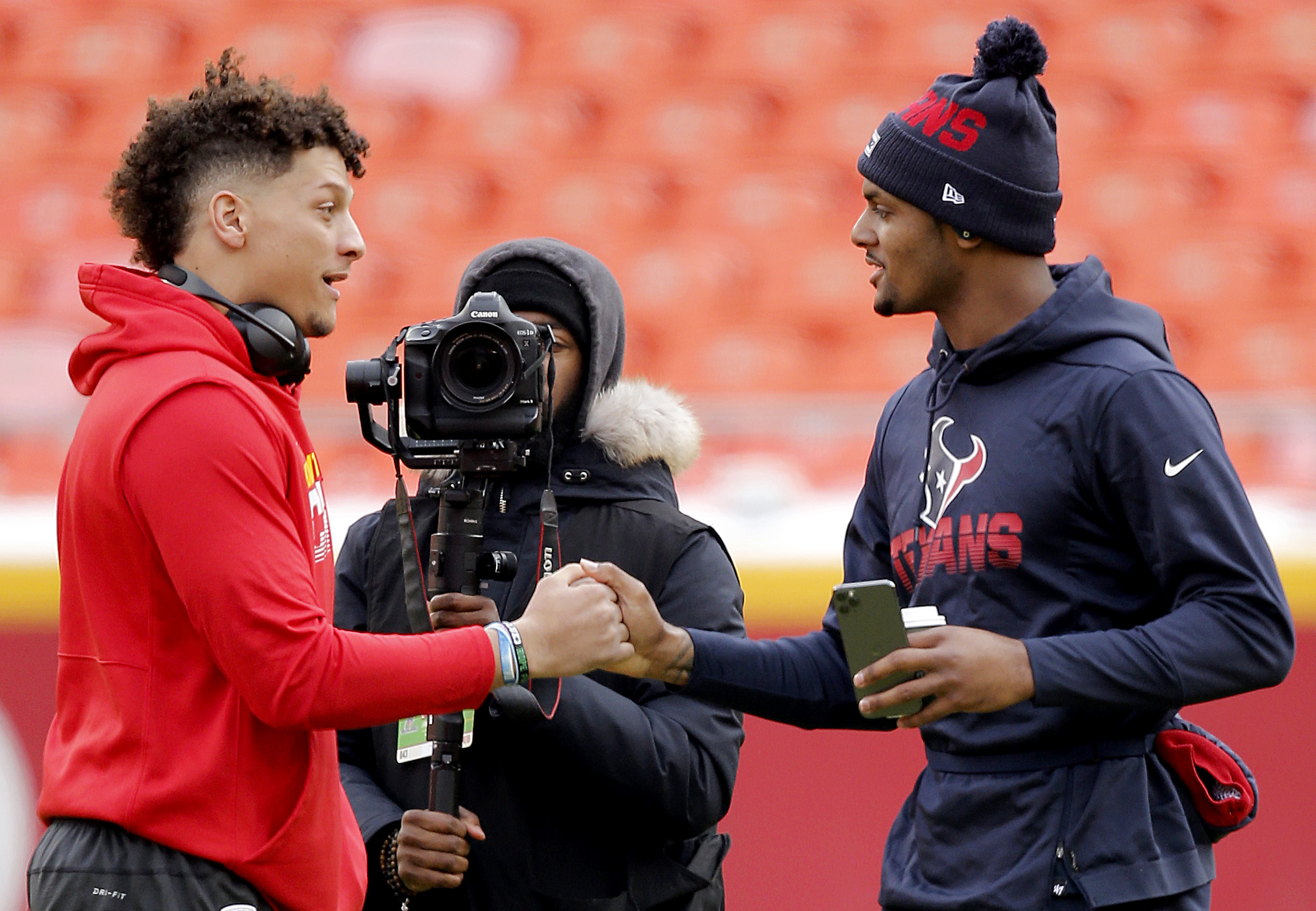 Deshaun Watson and Patrick Mahomes shake hands at midfield