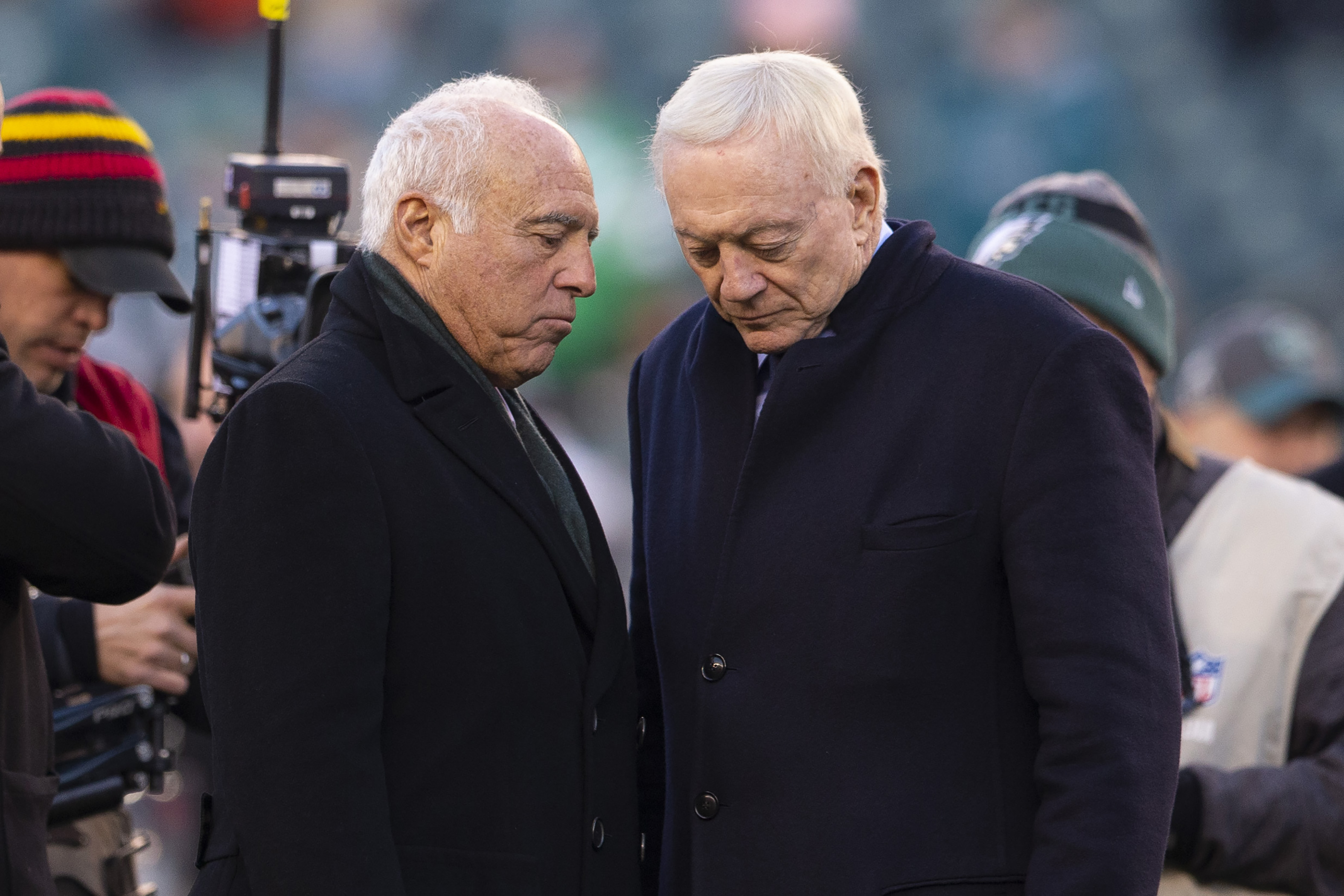 Eagles owner Jeffrey Lurie talks to Cowboys owner Jerry Jones in 2019