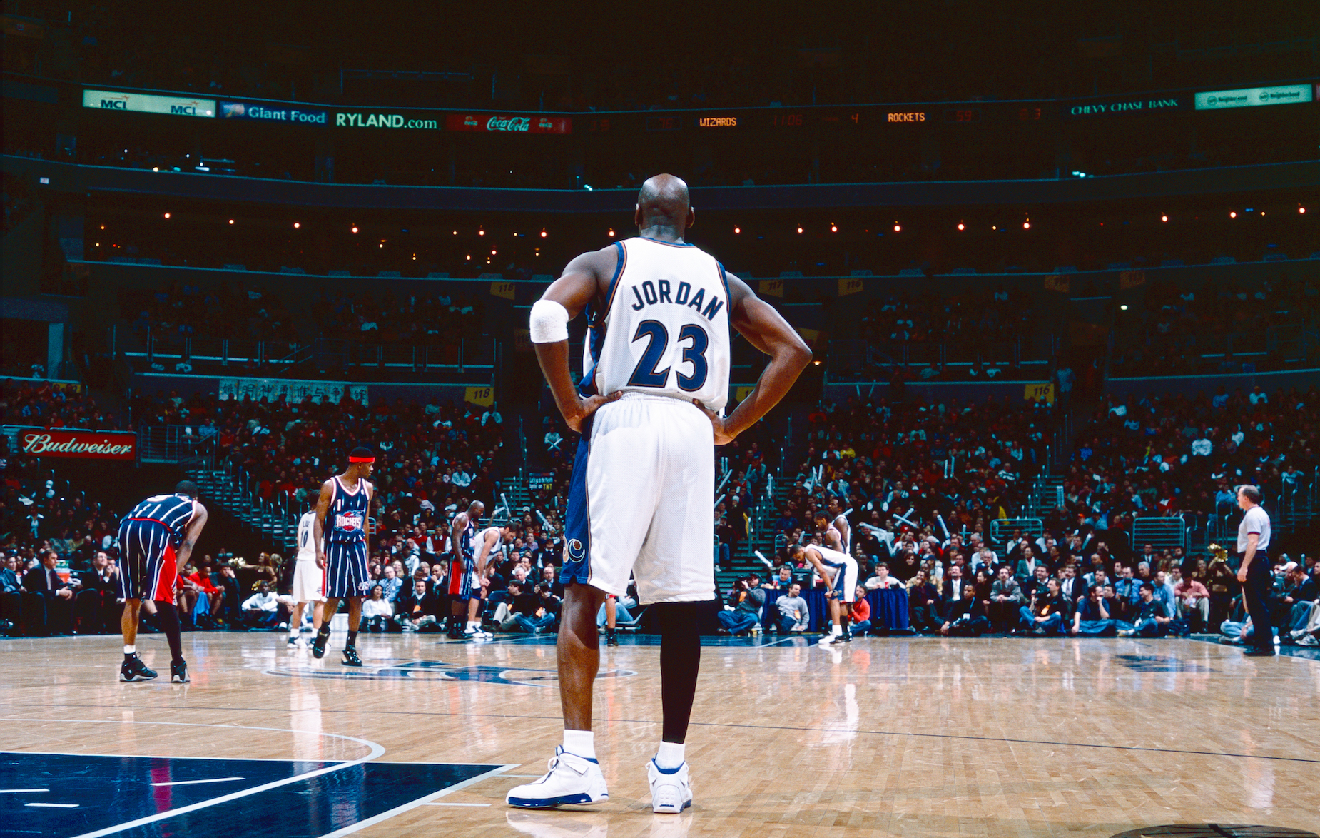 Michael Jordan's knee gave him some serious issues during his time with the Washington Wizards.