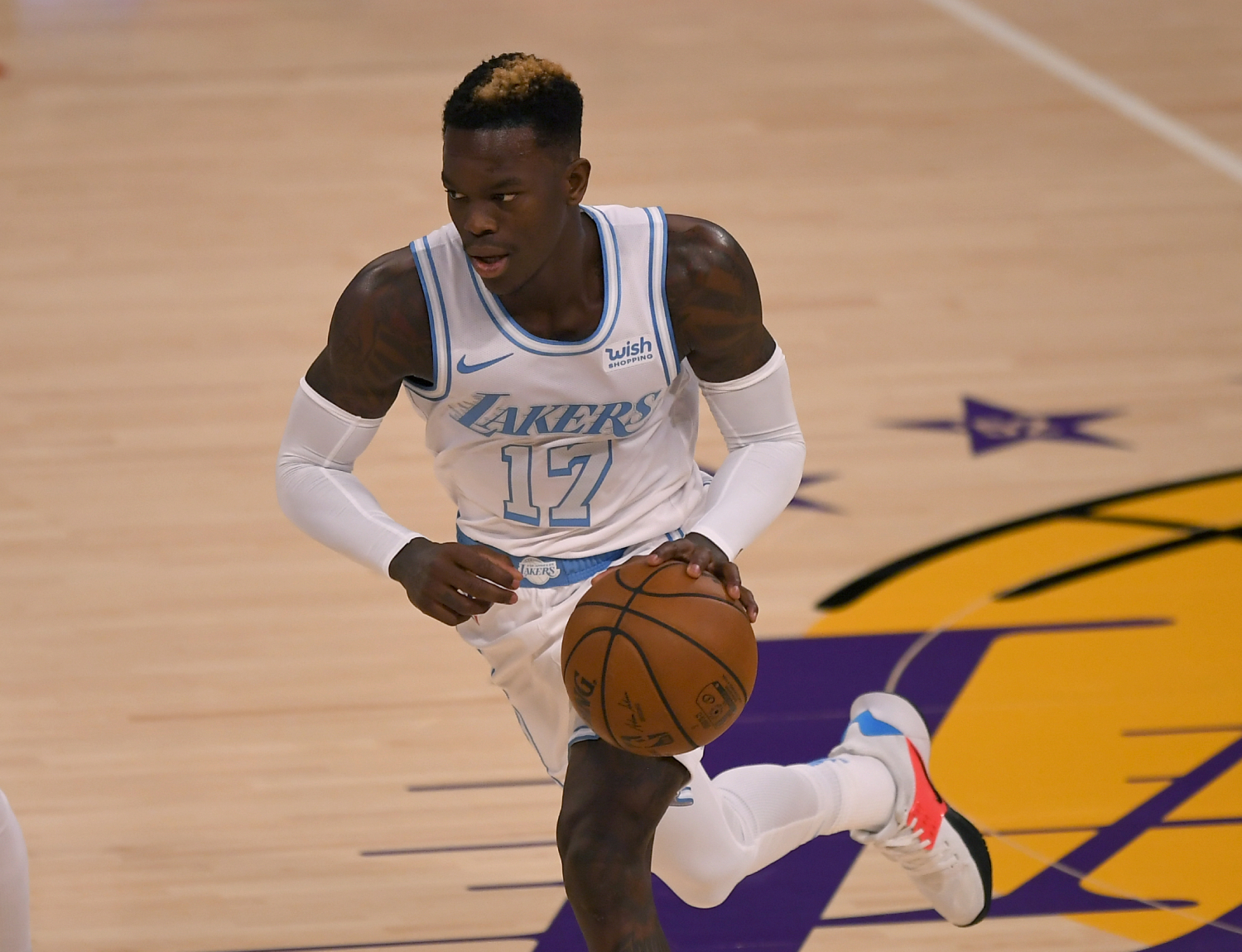 Dennis Schröder dribbles the ball during a Lakers game