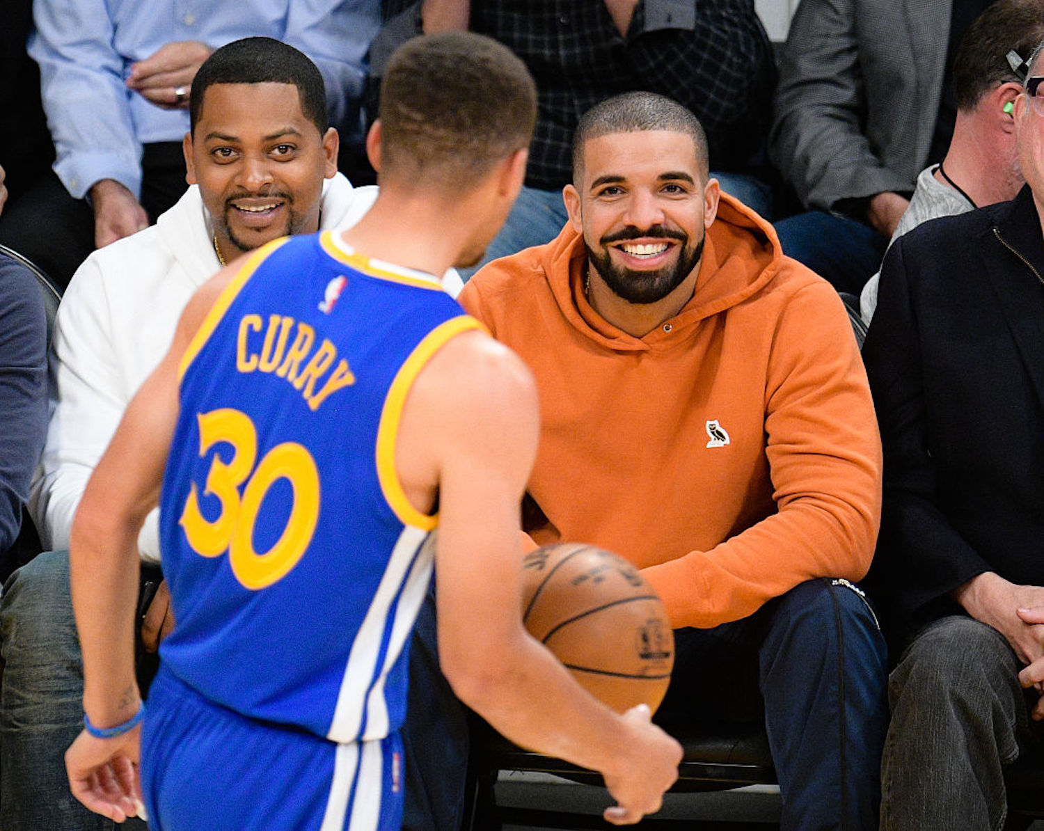 Steve Kerr dished out a $500 fine to famous rapper Drake after he made Stephen Curry and Draymond Green late to the team plane.