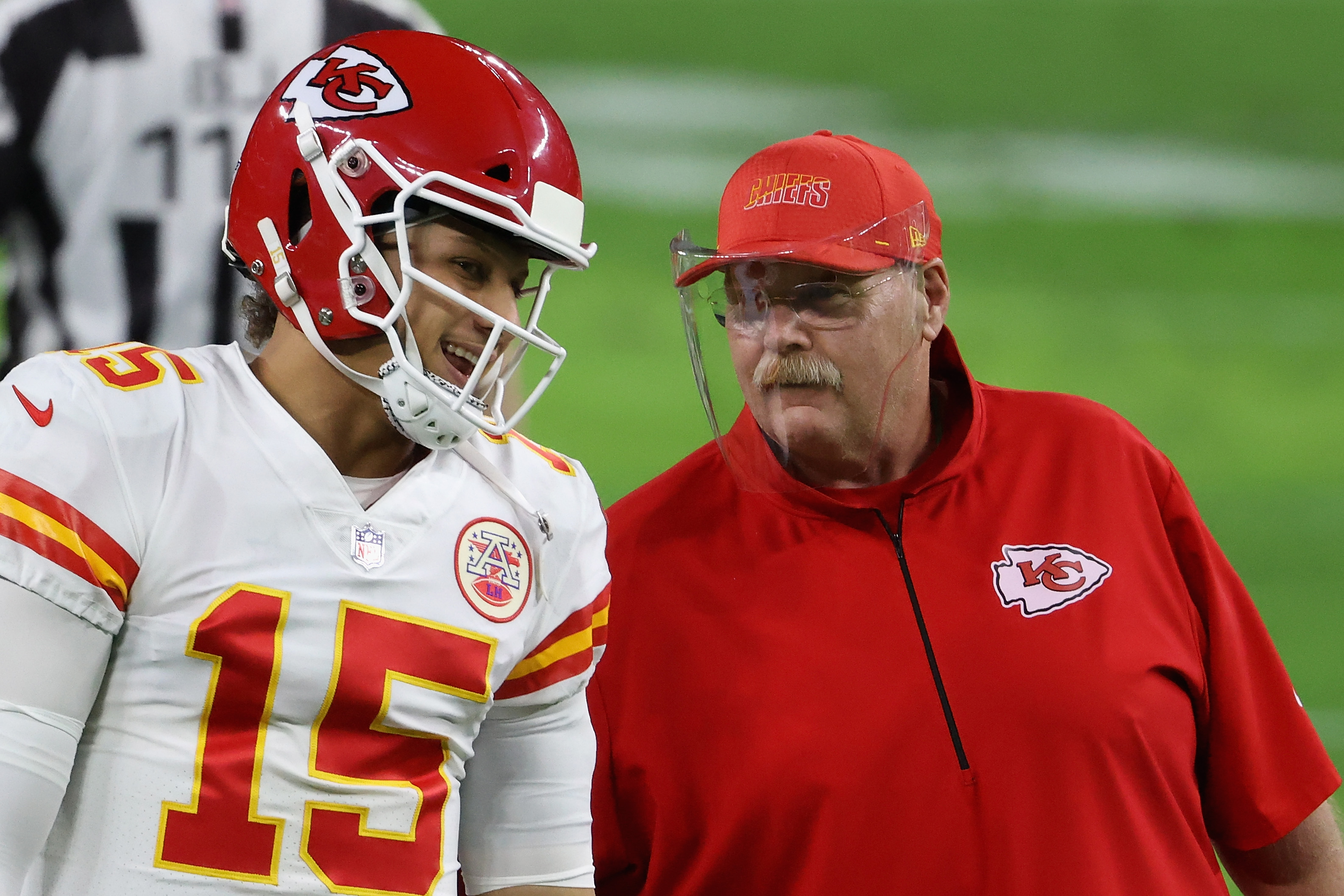 Andy Reid talks to Patrick Mahomes on the sideline