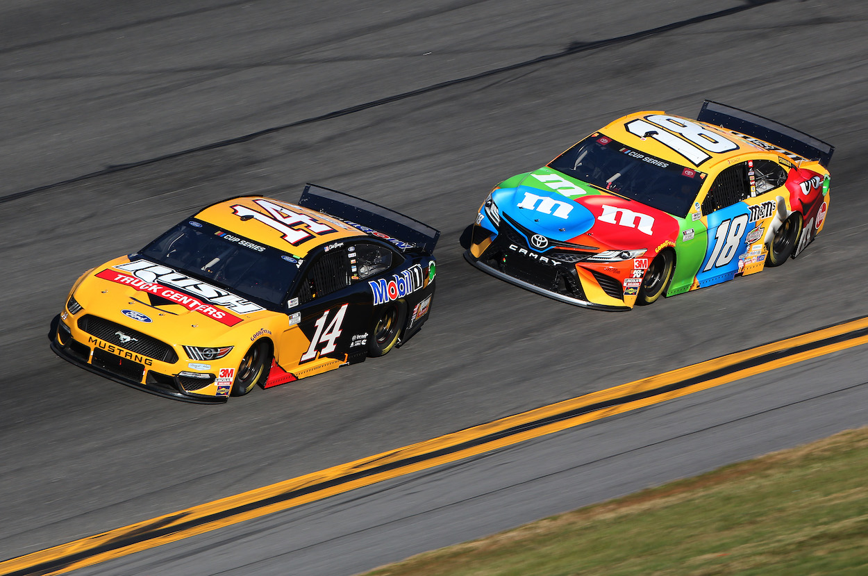 Clint Bowyer leads Kyle Busch at 2020 Daytona 500