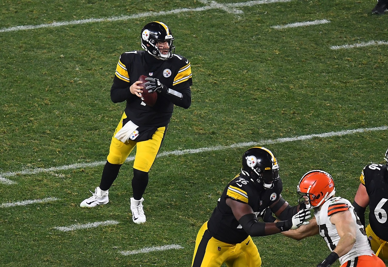 Pittsburgh Steelers QB Ben Roethlisberger drops back to pass