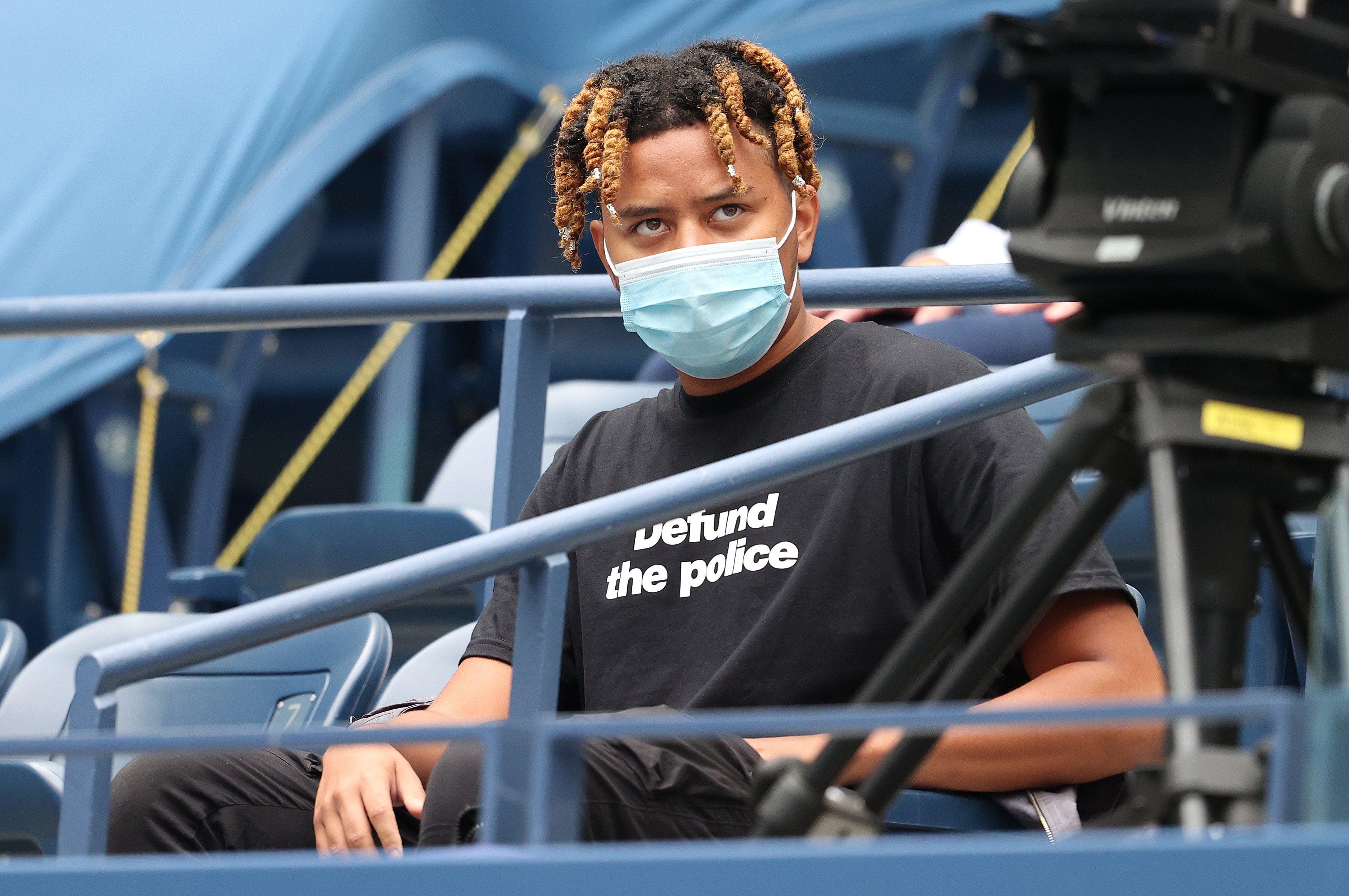 Cordae, rapper and boyfriend of Naomi Osaka, looks on at a tennis match in 2020