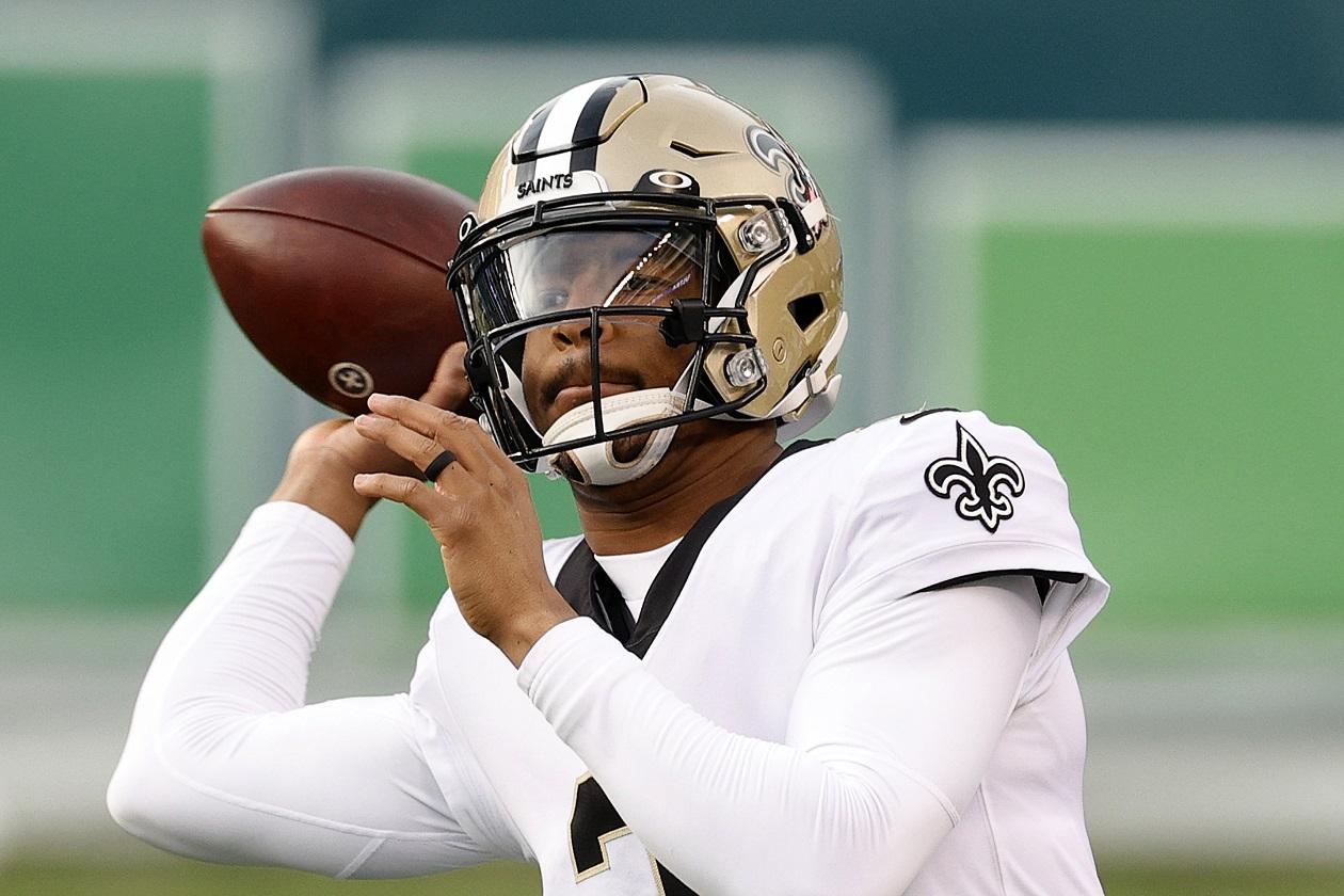 New Orleans Saints QB Jameis Winston warms up