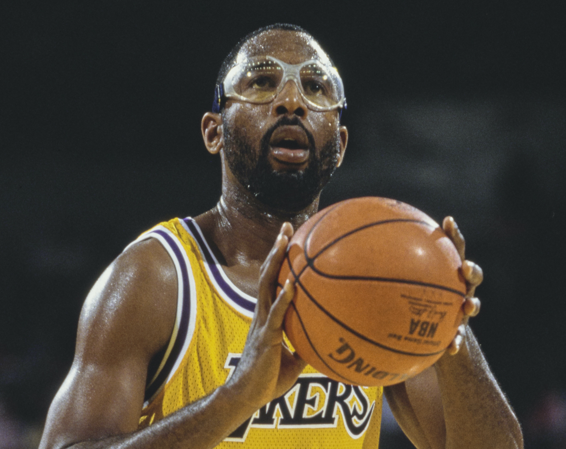 LA Lakers forward James Worthy lines up a free throw