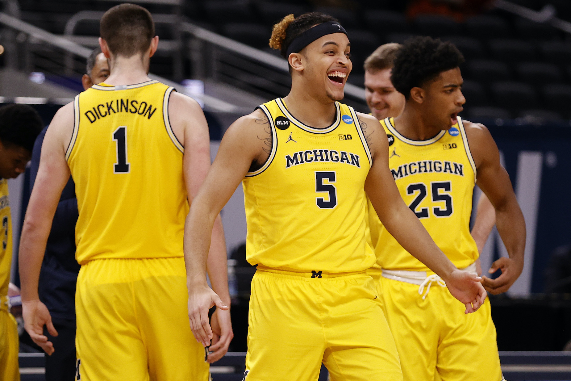 The Michigan Wolverines men's basketball team celebrate a win during the 2021 NCAA Tournament.