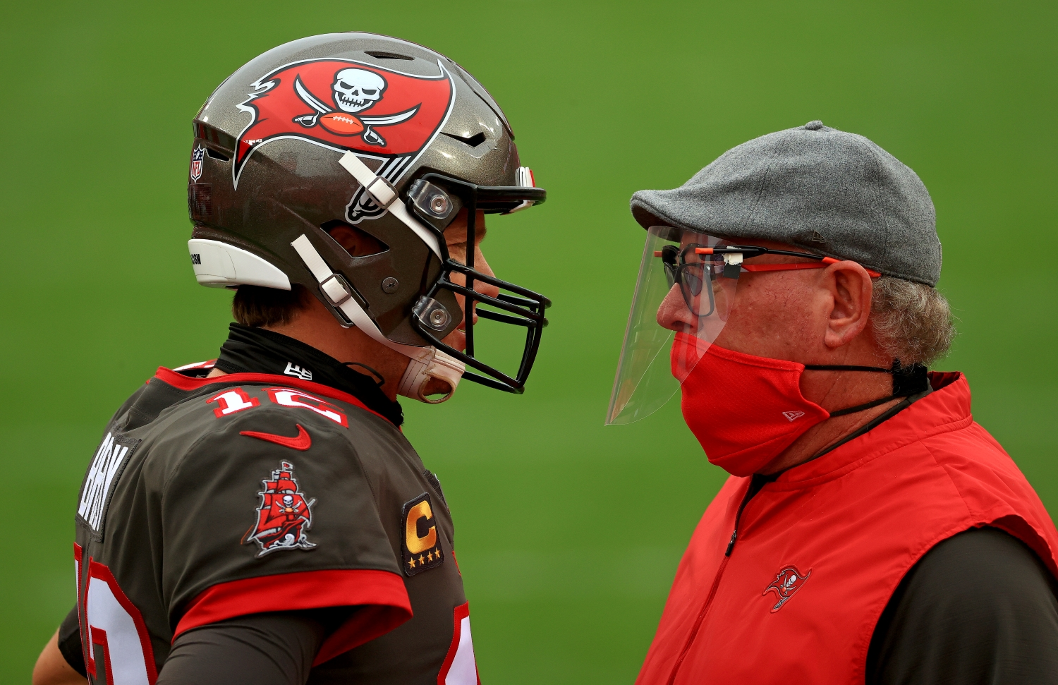 Buccaneers coach Bruce Arians talks to Tom Brady during a game.