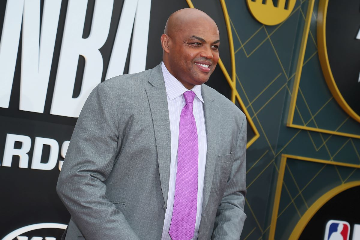 Charles Barkley Went Out of His Way to Give a Homeless Man $100 Because of the Funny and Honest Sign He Was Holding